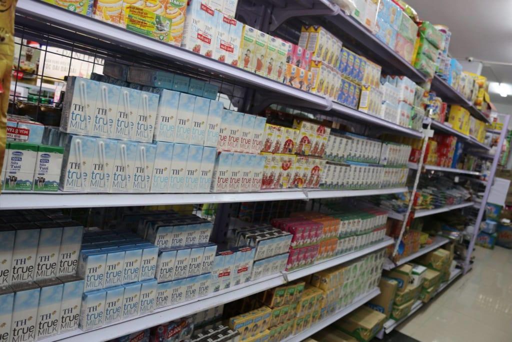 Sữa TH true milk được bày bán trong siêu thị.