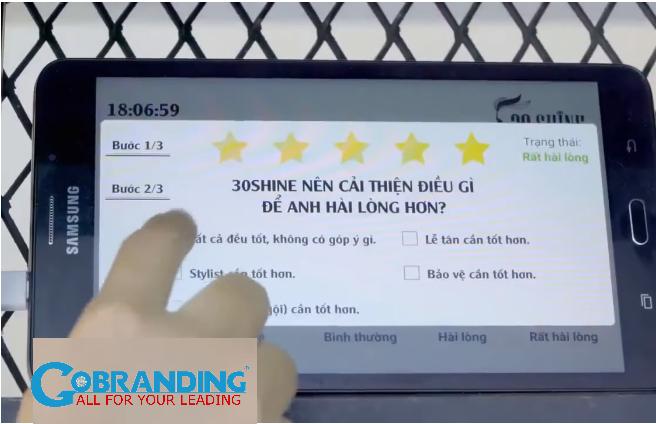 Đánh giá trải nghiệm khách hàng bằng bảng điện tử tại một salon.