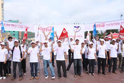 """Chiến dịch """"Làm sạch bãi biển quốc tế"""" của Coca Cola."""